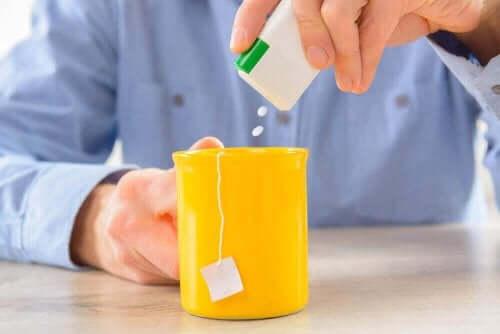 Îți poți îndulci băuturile cu stevia.